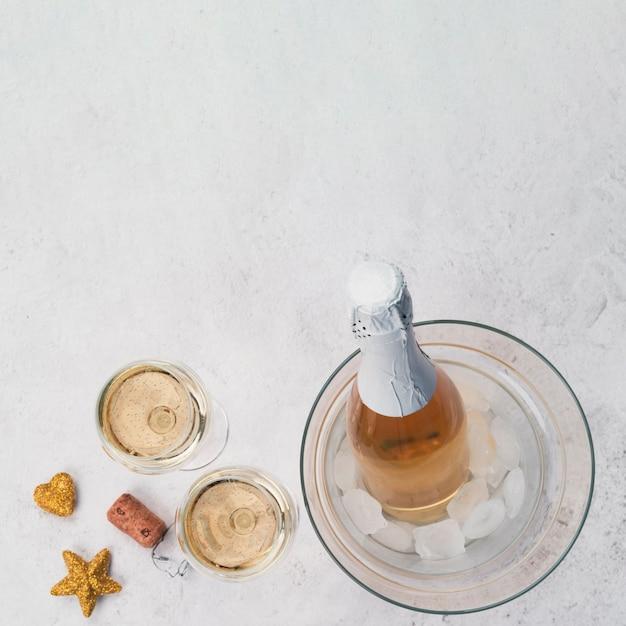 Champagne-gläser und flasche mit exemplarplatz Kostenlose Fotos