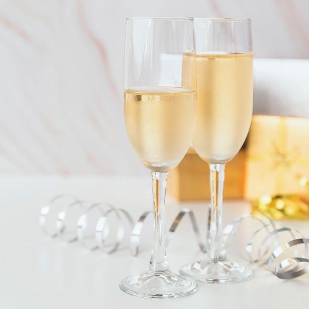 Champagnergläser der nahaufnahme funkelnd Kostenlose Fotos