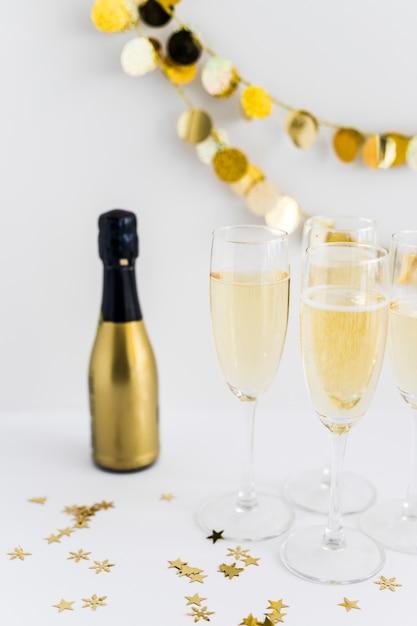 Champagnergläser mit kleinen flitter auf tabelle Kostenlose Fotos