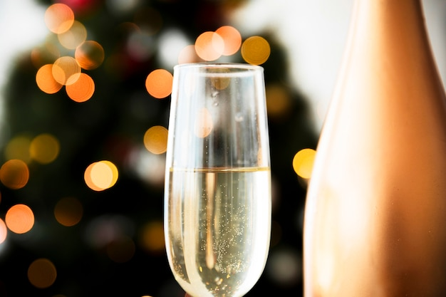 Champagnerglas auf unscharfem hintergrund Kostenlose Fotos