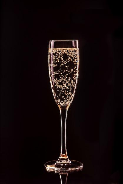 Champagnerglas mit blasen mit reflexion Premium Fotos