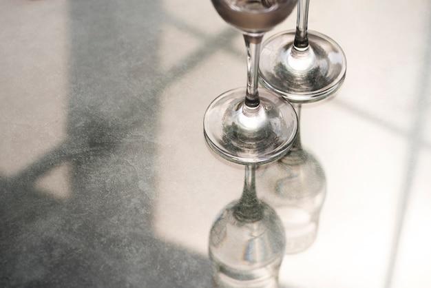 Champagnerglasboden auf reflektierendem schreibtisch Kostenlose Fotos
