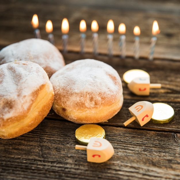 Chanukka-symbole in der nähe von donuts Kostenlose Fotos