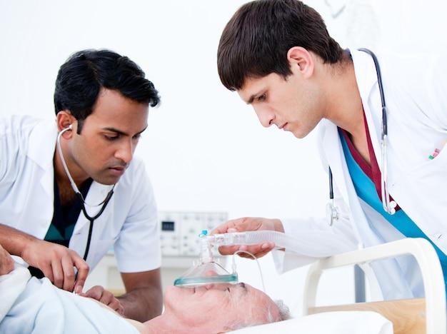 Charismatische ärzte, die einen patienten wiederbeleben Premium Fotos