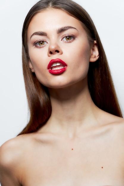 Charmante frau nackte schultern attraktiven blick rote lippen öffnen mund klare haut Premium Fotos