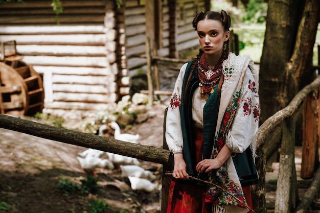 Charmantes ukrainisches mädchen in einem gestickten kleid Kostenlose Fotos