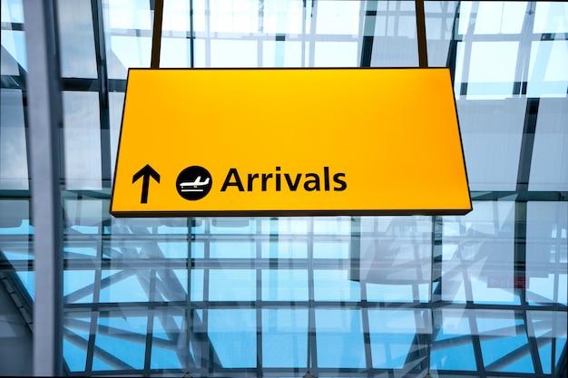 Check-in, flughafen abflug & ankunft hinweisschild Premium Fotos