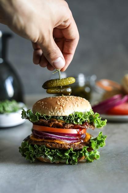Cheese-burgerphotographie-rezeptidee des strengen vegetariers Premium Fotos