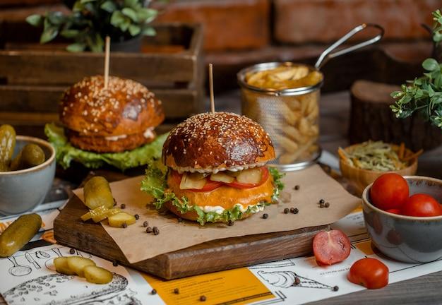 Cheeseburger-menü mit geschmolzenem cheddar Kostenlose Fotos