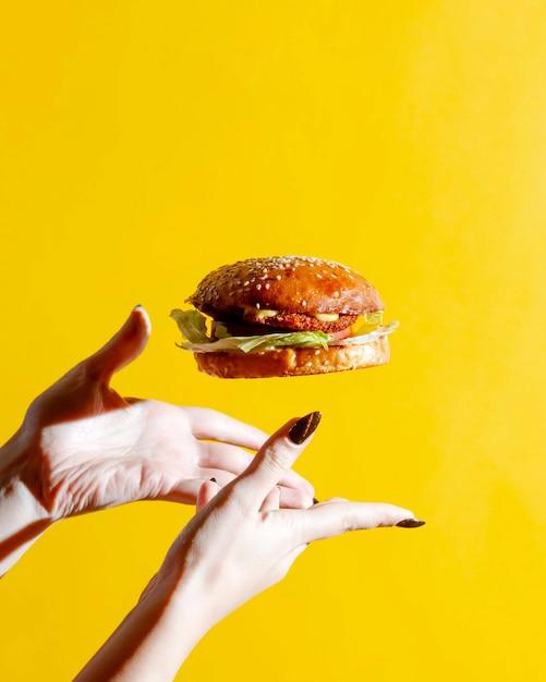 Cheeseburger mit brötchen mit sesam Kostenlose Fotos
