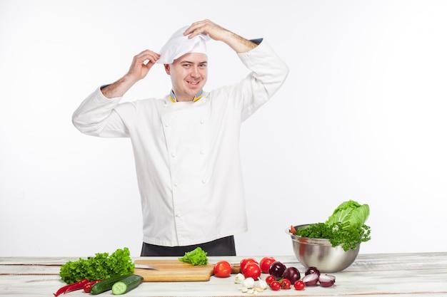 Chef, der frischgemüsesalat in seiner küche kocht Kostenlose Fotos