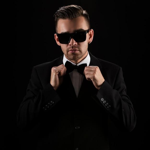 Chef, herr. attraktiver geschäftsmann im schwarzen anzug Kostenlose Fotos