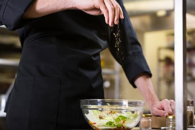 Chefkoch bereitet einen salat vor Kostenlose Fotos