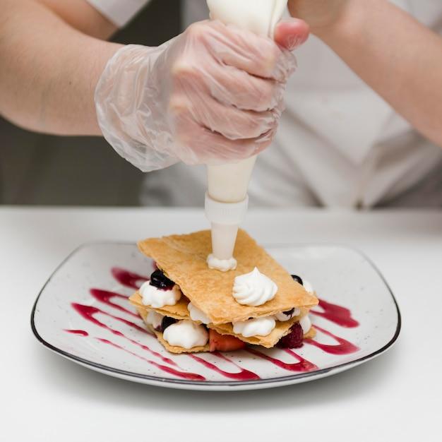 Chefkoch bereitet köstliches dessert zu Kostenlose Fotos