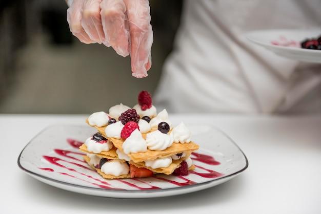 Chefkoch, der leckeres dessert hautnah zubereitet Kostenlose Fotos
