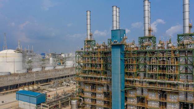 Chemiefabrik, chemische fabrik, industrieanlage mit blauem himmel, luftaufnahme. Premium Fotos