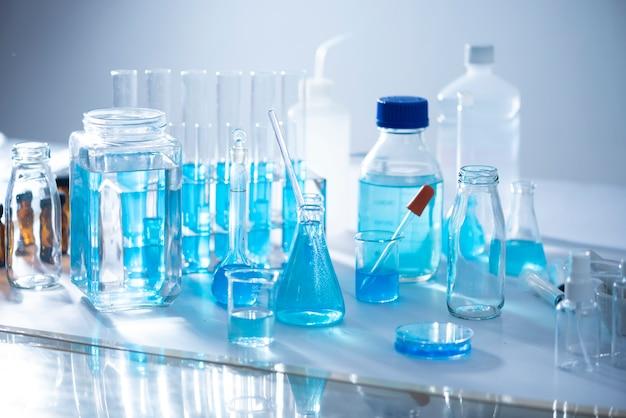 Chemische laborausrüstung glaswaren für forschung und blaue substanz Premium Fotos