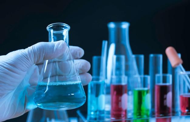 Chemische reagenzgläser des glaslabors mit flüssigkeit für analytisches, medizinisches, pharmazeutisches und wissenschaftliches forschungskonzept. Premium Fotos