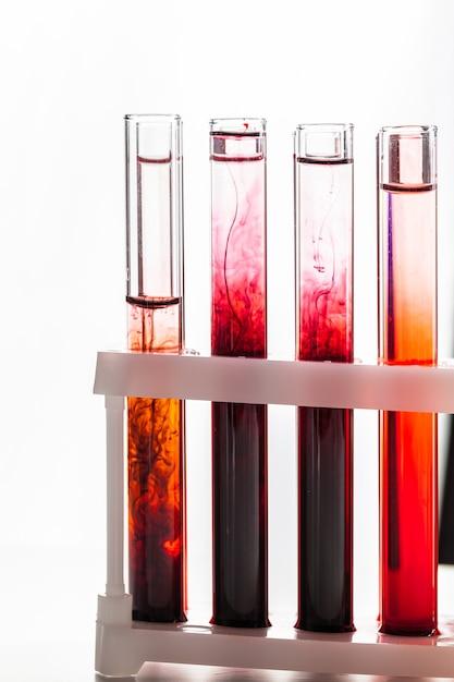 Chemische reagenzgläser des glaslabors mit flüssigkeit für nahes hohes der analyse Premium Fotos