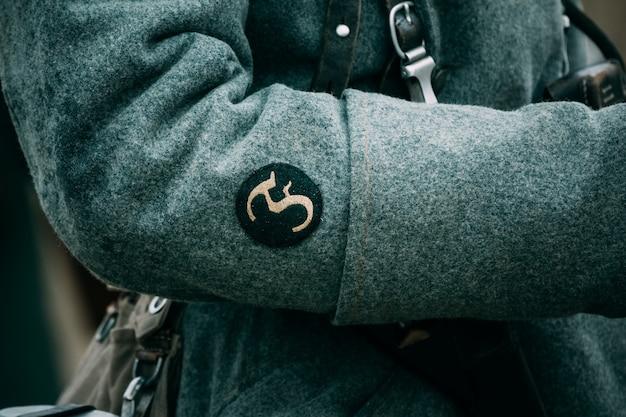 Chevron auf dem ärmel des großen soldatenmantels Premium Fotos