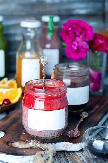 Chia erdbeerpüree in einem glas Premium Fotos