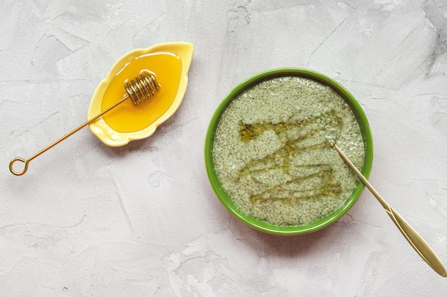 Chia-samenpuddingschüssel grünen tees matcha mit honig. superfood und veganes konzept. Premium Fotos
