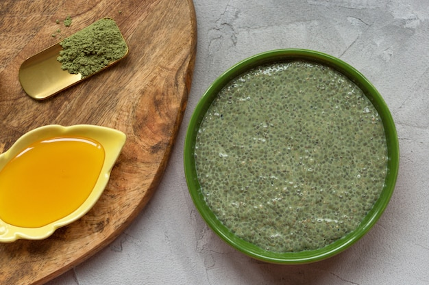 Chia-samenpuddingschüssel und -honig grünen tees matcha. Premium Fotos