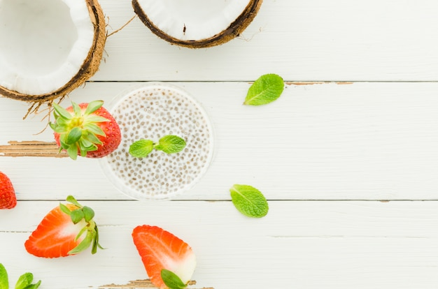 Chiasamenpudding mit kokosnüssen und erdbeeren Kostenlose Fotos
