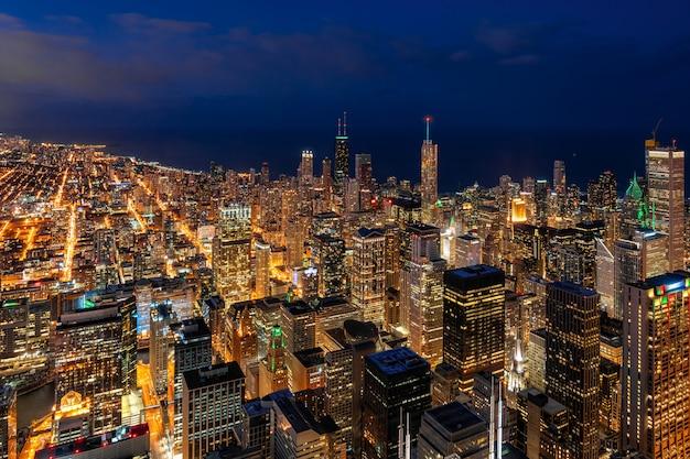 Chicago-stadtbildwolkenkratzer unter der zeit des blauen himmels zur schönen dämmerung in chicago Premium Fotos