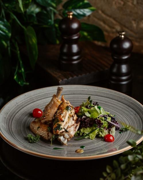 Chick kebab serviert mit kirschen und grünem salat Kostenlose Fotos