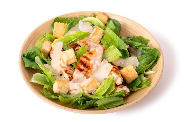 Chicken caesar salat auf weißem hintergrund Kostenlose Fotos