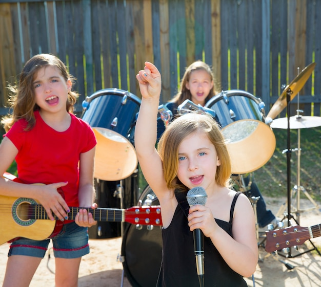 Chidren sängerin mädchen singen live-band im garten spielen Premium Fotos