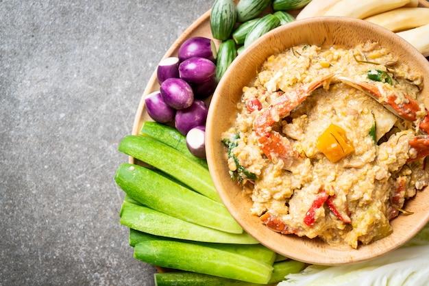 Chilipaste mit krabben oder krabben-soja-dip mit kokosmilch und gemüse köcheln lassen Premium Fotos
