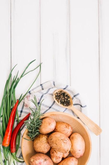 Chilischoten, kartoffeln und gewürze Kostenlose Fotos