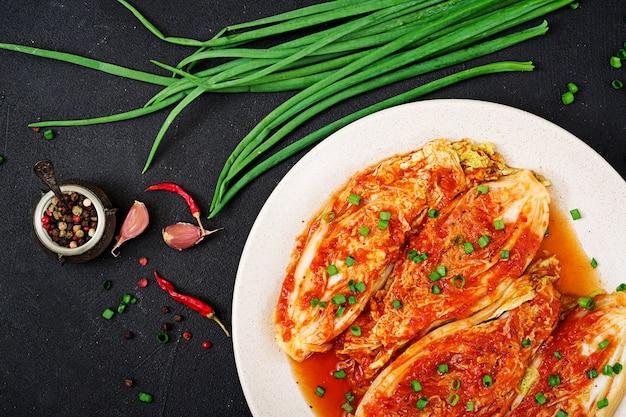 Chinakohl. kimchi kohl. koreanisches traditionelles essen. ansicht von oben. flach liegen Premium Fotos