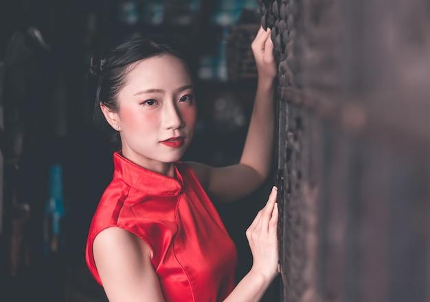 Chinesin in einem industriellen speicher der stahlmetallstange Premium Fotos