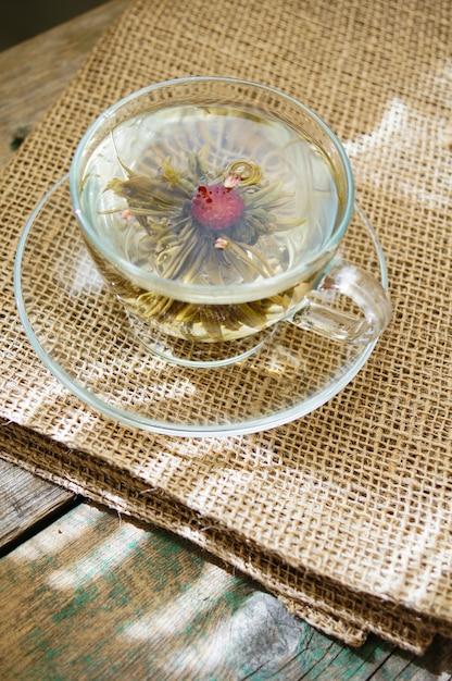 Chinesische bälle des grünen tees mit blumen, teeschale Premium Fotos