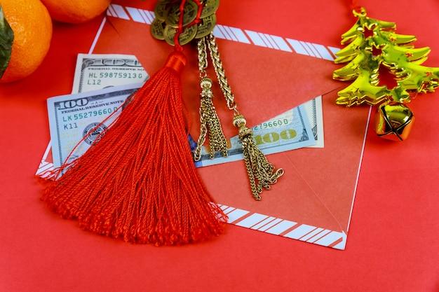 Chinesische festivaldekorationen des neuen jahres des draufsichtzubehörs auf rotem hintergrund. Premium Fotos