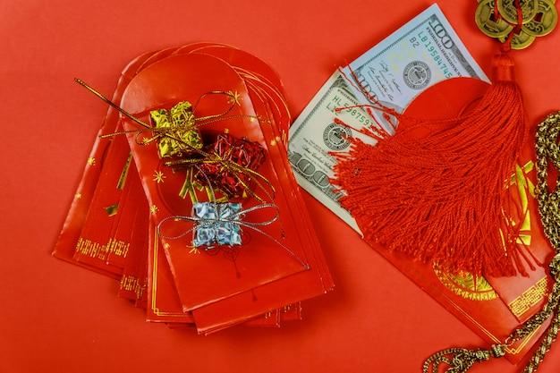 Chinesische festivaldekorationen des neuen jahres und pow oder rotes paket mit dollar nach innen Premium Fotos