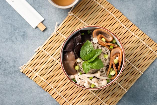 Chinesische nudel mit gemüsepilz und essstäbchen Premium Fotos