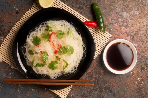 Chinesische nudel mit paprikapfeffer Premium Fotos