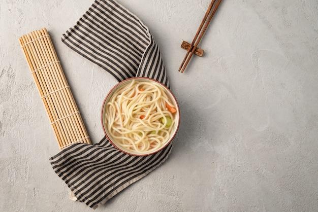 Chinesische nudel oder udon mit gemüse und essstäbchen auf lokalisiertem weiß Premium Fotos