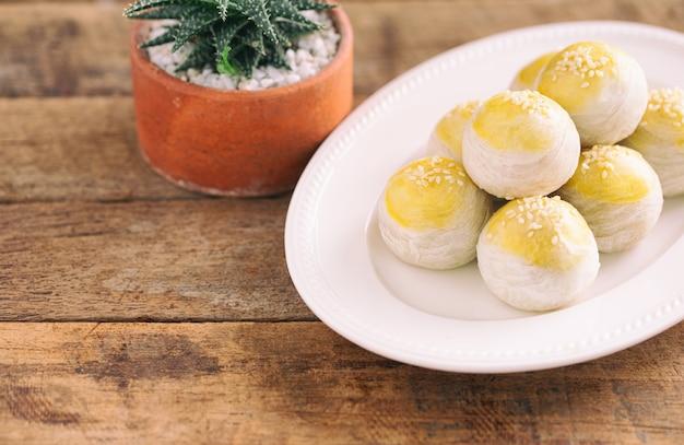 Chinesischer blätterteig- oder mondkuchen füllte mit süßer mungobohnenpaste und gesalzenem eigelb auf weißer platte Premium Fotos
