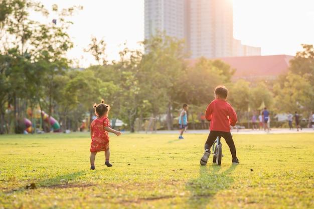 Chinesischer bruder und schwester entspannen sich im park Premium Fotos