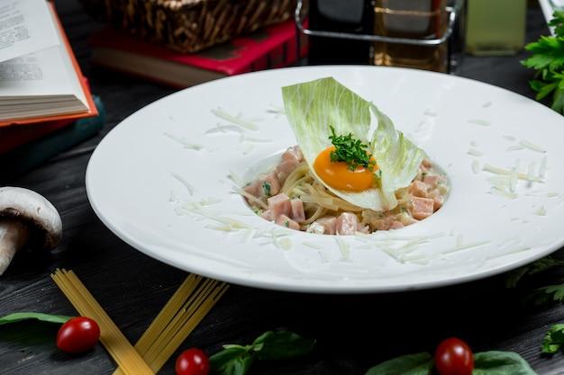 Chinesisches essen, nudeln mit eigelb im salatblatt Kostenlose Fotos