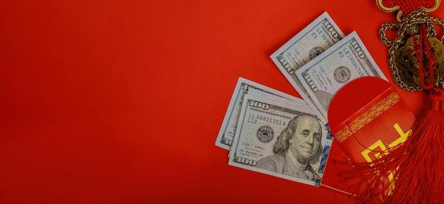Chinesisches geldpaket des neuen jahres und des us-dollars geld Premium Fotos