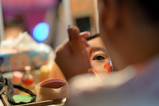 Chinesisches opernmake-up im spiegel Premium Fotos