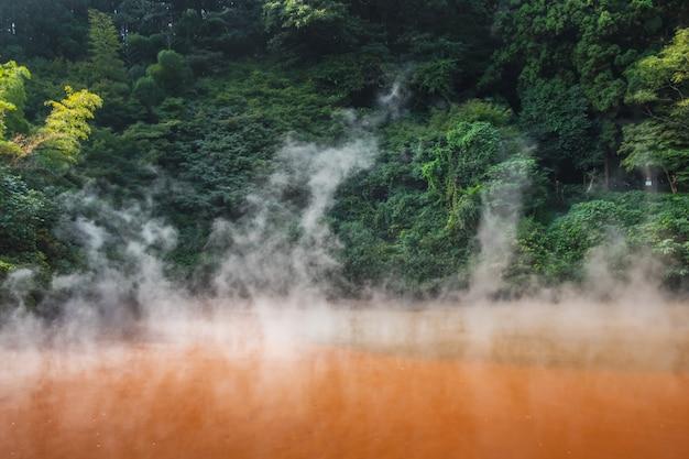 Chinoike jigoku, natürliche heiße quelle, die blutteichhölle, rotes wasser und heiß Premium Fotos