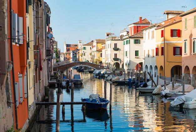 Chioggia, venedig, italien: stadtlandschaft mit kanal, alte brücke, boote Premium Fotos