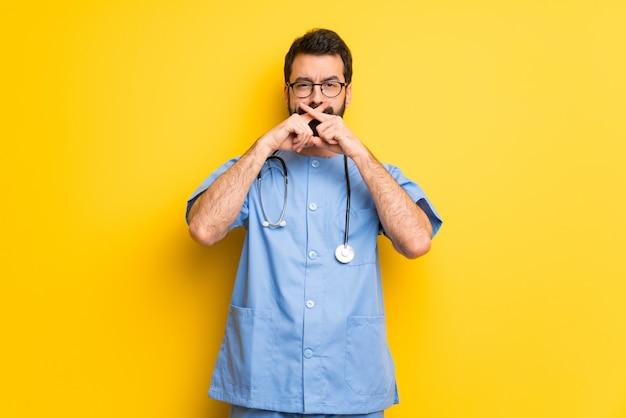Chirurg doktormann, der ein zeichen der ruhegeste zeigt Premium Fotos